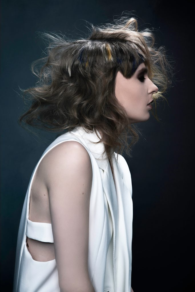 Haarfotografie, meisje met kort haar en gekleurde highlights