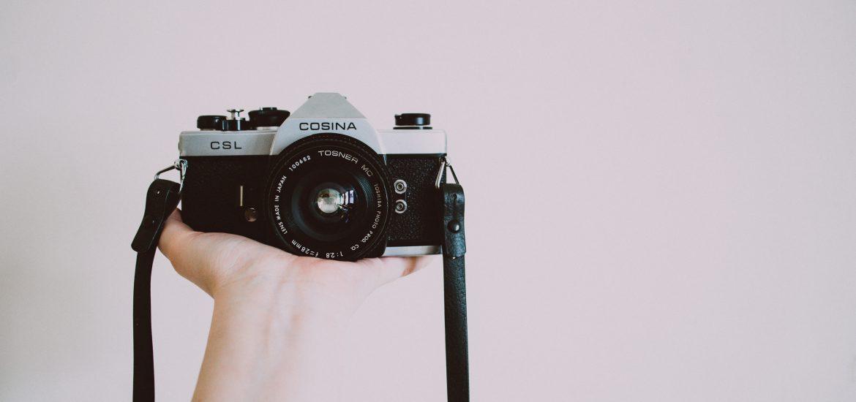 Analoge camera op hand